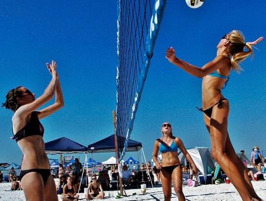 un momento di una partita di beach volley