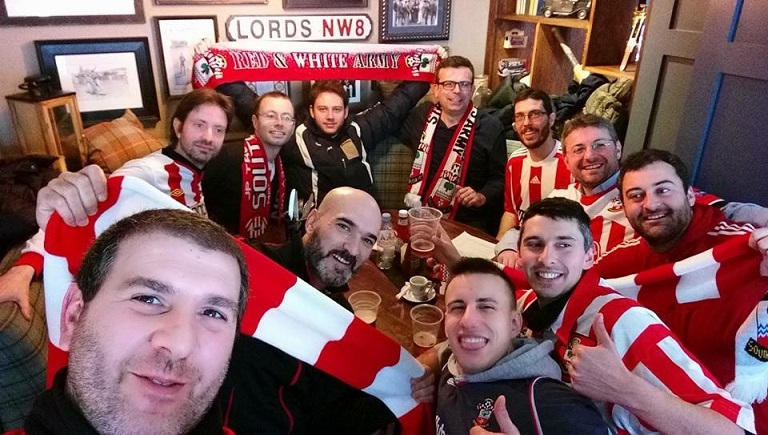 Italian Saints, il gruppo al pub